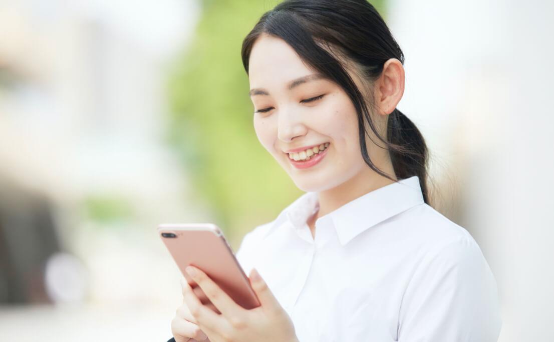 携帯を操作する女性